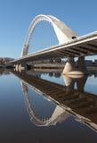 Ponte moderno sopra lo specchio del fiume di Guadiana Fotografia Stock