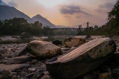Ponte in montagne nepalesi fotografia stock libera da diritti