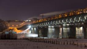 Ponte muito bonita do metal sobre o Rio Ob fotos de stock