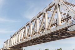 A ponte não identificada do ferro do trem do metro com ziguezague alinha o usi construído fotografia de stock royalty free
