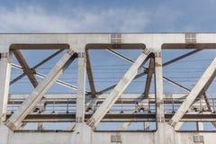 A ponte não identificada do ferro do trem do metro com ziguezague alinha o usi construído imagens de stock royalty free