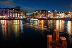 Ponte na cidade velha de Amsterdão na noite Fotos de Stock Royalty Free