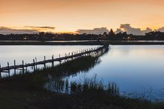 Ponte na lagoa na cena crepuscular Maha Sarakham Thailand Imagem de Stock Royalty Free