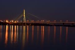 Ponte na noite ao lado do rio de Dnipro com reflexão na água fotografia de stock royalty free