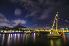 Ponte na noite em Staduim Singapura Fotos de Stock Royalty Free