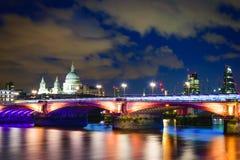 Ponte na noite, Londres de Blackfriars Fotos de Stock Royalty Free