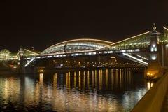 A ponte na noite, Moscou de Bogdan Khmelnitsky Foto de Stock