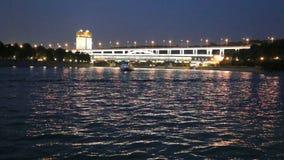 Ponte na noite, Moscou de Luzhnetskaya, Rússia video estoque