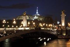 A ponte na noite, Paris de Alexander III, France. imagem de stock