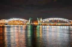 Ponte na noite, St Petersburg de Bolsheokhtinsky, Rússia fotografia de stock