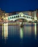 Ponte na noite, Veneza de Rialto, Italy Imagens de Stock