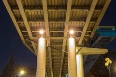 Ponte na perspectiva de um ângulo mais baixo na noite foto de stock royalty free