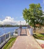 Ponte na terraplenagem da lagoa superior Kaliningrad, Rússia imagem de stock