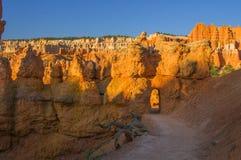 Ponte naturale su Queen& x27; traccia del giardino di s, Bryce Canyon fotografia stock libera da diritti