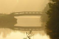 Ponte nebbioso di mattina fotografie stock libere da diritti