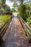 Ponte nel giardino della casa fotografie stock libere da diritti