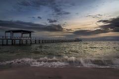 Ponte nel mare a tempo di tramonto Immagini Stock Libere da Diritti