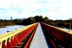 Ponte nel parco alla città Fotografia Stock Libera da Diritti
