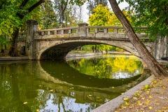 Ponte nel parco di Cismigiu immagini stock