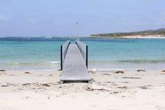 Ponte nell'oceano su una spiaggia bianca, baia pacifica, Australia occidentale fotografie stock