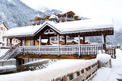 Ponte nella città alpina di Chamonix-Mont-Blanc, alpi francesi Immagini Stock