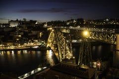 Ponte nella città di Oporto e di Vila Nova de Gaia alla notte immagini stock