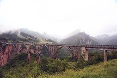Ponte nella nebbia delle montagne Fotografia Stock