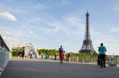 Ponte nella parte anteriore della torre Eiffel Immagine Stock