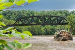 Ponte nero del traliccio del ferro sopra acqua Immagine Stock