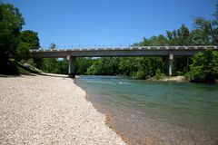 Ponte nero della casetta del fiume fotografie stock libere da diritti