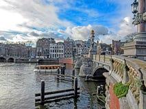 Ponte no canal da cidade em Amsterdão, Holanda, Países Baixos foto de stock royalty free