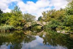 Ponte no Central Park & no x28; 2& sozinho home x29; , New York imagens de stock