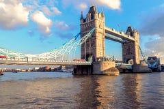 Ponte no crepúsculo, Londres da torre, Reino Unido Fotos de Stock
