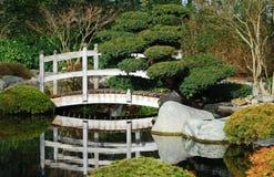 Ponte no jardim japonês imagens de stock