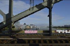 Ponte no kolone com o grafitt urbano fotografia de stock