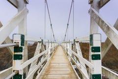 A ponte no ponto Bonita Lighthouse em um dia nevoento, Marin Headlands, área de San Francisco Bay, Califórnia fotos de stock royalty free