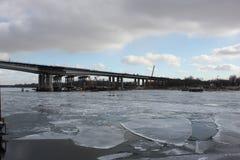 A ponte no rio do inverno fotos de stock