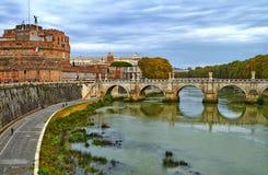 Ponte no rio Indicadores velhos bonitos em Roma (Italy) fotos de stock