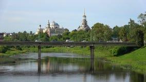 A ponte no rio Tvertsa e no monastério velho de Boris e de Gleb Torzhok, R?ssia video estoque
