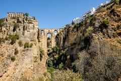 A ponte nova de Puente Nuevo que cruza o desfiladeiro do EL Tejo em Ronda, Espanha Foto de Stock