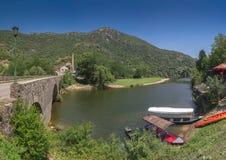 Ponte nova sobre o rio de Crnojevica em Montenegro fotografia de stock royalty free
