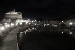 Ponte och slott Sant Angelo, bro i Rome italy Svart vit Royaltyfria Bilder