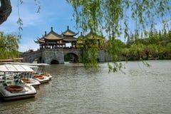 Ponte ocidental delgada do pavilhão do lago cinco Yangzhou Fotografia de Stock Royalty Free