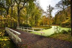 Ponte olandese del paese in autunno fotografie stock libere da diritti