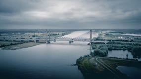Ponte olandese di traffico sopra il fiume immagine stock libera da diritti