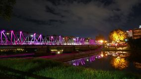 A ponte ou os povos do ferro do lapso de tempo na área chamaram leks de Sapaan vídeos de arquivo