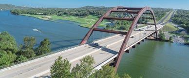 Ponte panoramico di Pennybacker sopra il paesaggio dell'alpeggio e del fiume Colorado in Austin fotografie stock