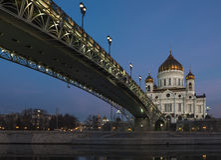 Ponte patriarcal na catedral de Cristo o salvador em Moscou na noite Foto de Stock