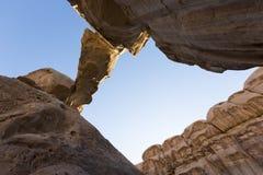 Ponte peculiare della roccia di Burdah di formazioni rocciose bello in Wadi Rum Fotografia Stock