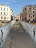 Ponte pedestre da paisagem urbana da construção e dos carros do rio Foto de Stock Royalty Free